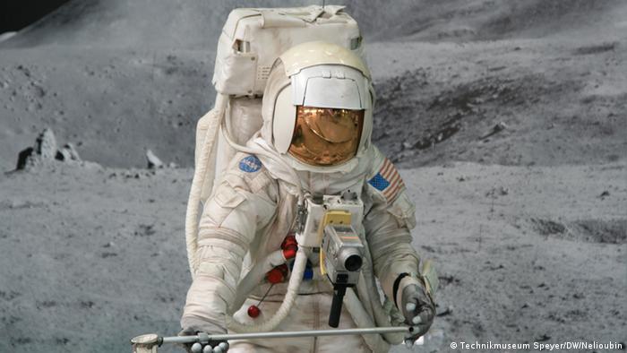 Скафандр и фотография лунной поверхности