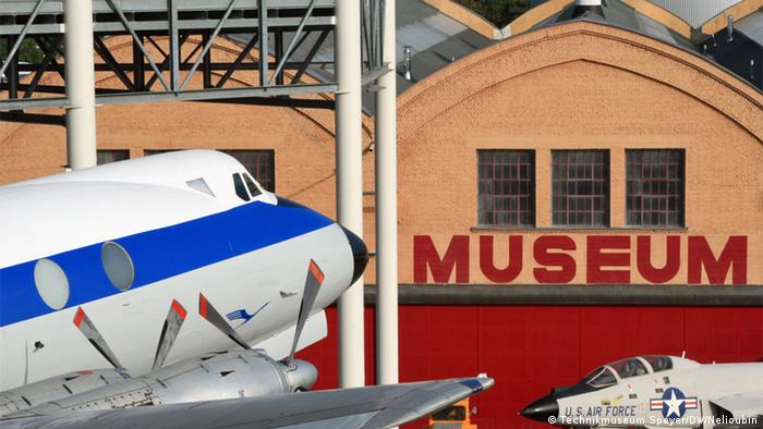 Британский турбовинтовой Vickers Viscount 814 и американский истребитель-перехватчик McDonnell F-101B Voodoo около Лилльского цеха (Liller Halle)