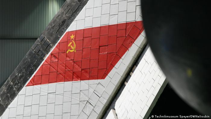 Советский флаг на хвосте БТС-002 в Шпайере