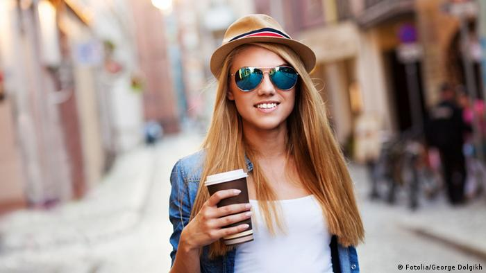 Young woman with coffee cup (Fotolia/George Dolgikh)
