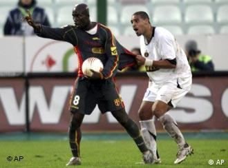 Inter's Adriano (r.) tries to keep Zoro from walking off in protest