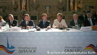 Дмитрий Медведев и Ангела Меркель (в центре) на форуме Петербургский диалог, 2009 год