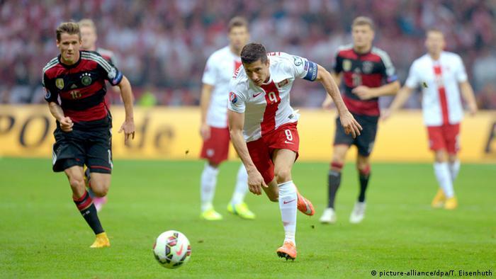 Fußball UEFA EURO 2016 Qualifikation Polen vs. Deutschland, Robert Lewandowski läuft Erik Durm weg (Foto: dpa)