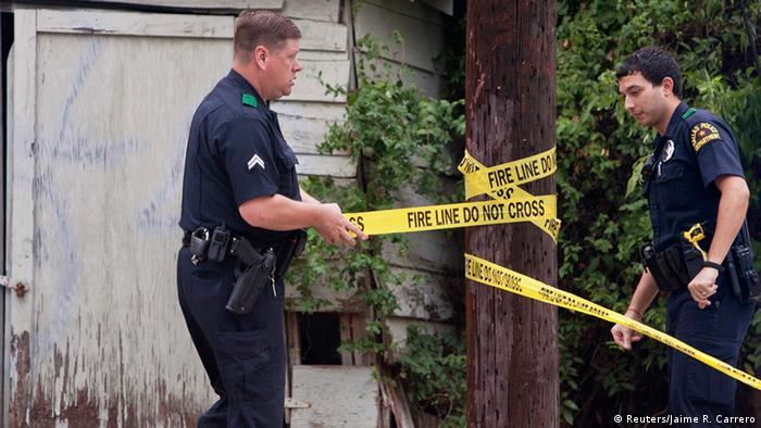 Полицейские Далласа оцепляют подходы к дому медсестры, у которой обнаружен вирус Эбола