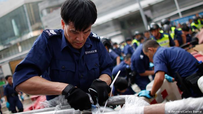 Hongkong Aufräumarbeiten Polizei Barrikaden Abbau 14.10.