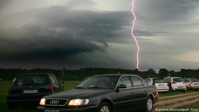 Samochód w czasie burzy