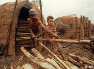 'Escravo moderno' e filho na produção de carvão em Grão Mogol, Minas Gerais