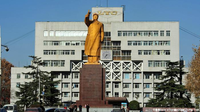 A statue of former Chinese leader Mao Zedong in front of a factory in the city of Luoyang in central China. (picture-alliance/dpa/Zhang Yixi)