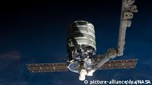 ##ACHTUNG! NUR ZUR REDAKTIONELLEN BERICHTERSTATTUNG BEI NENNUNG DES COPYRIGHTS NASA ARCHIV - The International Space Station's Canadarm2 prepares to release the Orbital Sciences' Cygnus commercial craft after three weeks at the space station. Foto: NASA/dpa (MANDATORY CREDIT: NASA) EDITORIAL USE ONLY (zu dpa Privater Raumfrachter «Cygnus» von ISS abgedockt vom 15.08.2014) +++(c) dpa - Bildfunk+++