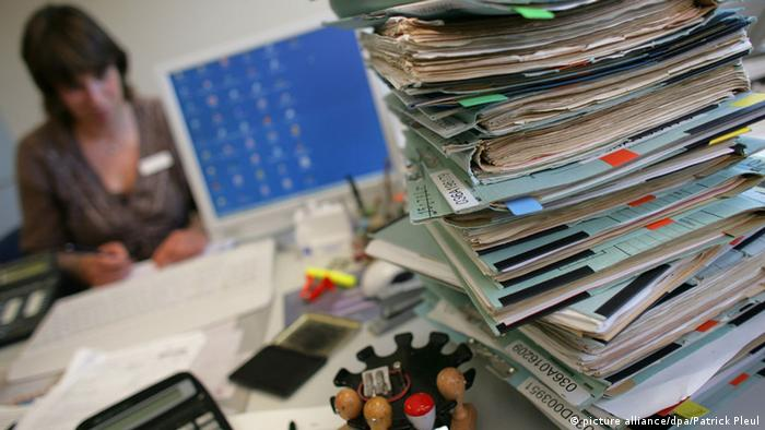 Pile of paperwork (picture alliance/dpa/Patrick Pleul)
