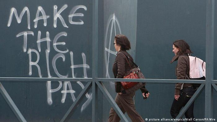 Graffiti in Dublin, Ireland: Make the rich pay. (picture alliance/empics/Niall Carson/PA Wire)