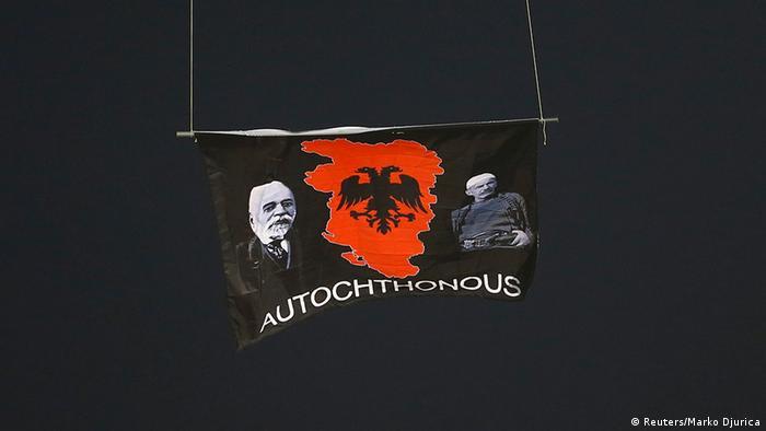Die an einem Modellflugzeug befestigte großalbanische Flagge sorgte in Belgrad für eine Spielabbruch (Foto: reuters)