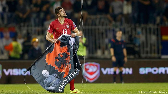 Игрок сборной Сербии сорвал полотнище с очертанием Великой Албании