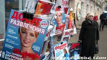 Ein Aufsteller mit Zeitungen und Zeitschriften in der Innenstadt von Moskau, aufgenommen am 15.11.2005. Foto: Jens Kalaene +++(c) dpa - Report+++