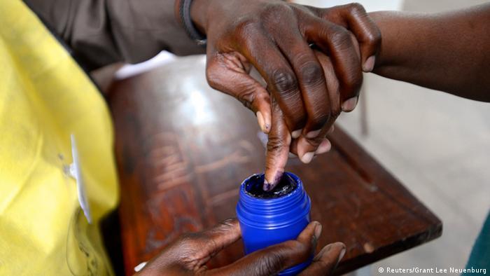Wahlen Mosambik 15.10.2014 Wähler (Reuters/Grant Lee Neuenburg)