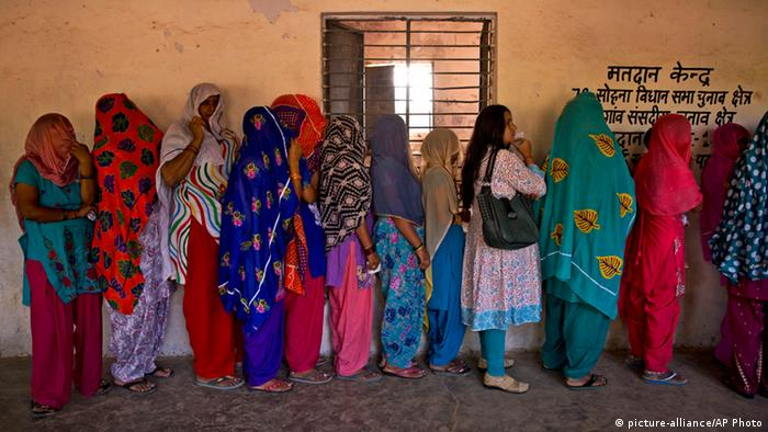 Indien Wahlen Haryana Wähler Warteschlange (picture-alliance/AP Photo)