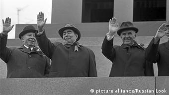 Генеральний секретар ЦК КПРС Леонід Брежнєв (другий справа) зробив День перемоги головним святом СРСР