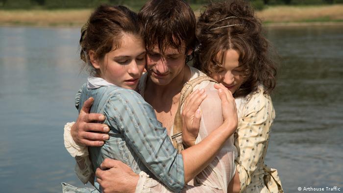 Film still Die geliebten Schwestern, two girls hugging a boy