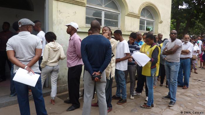 Warteschlange von Wählern in Maputo