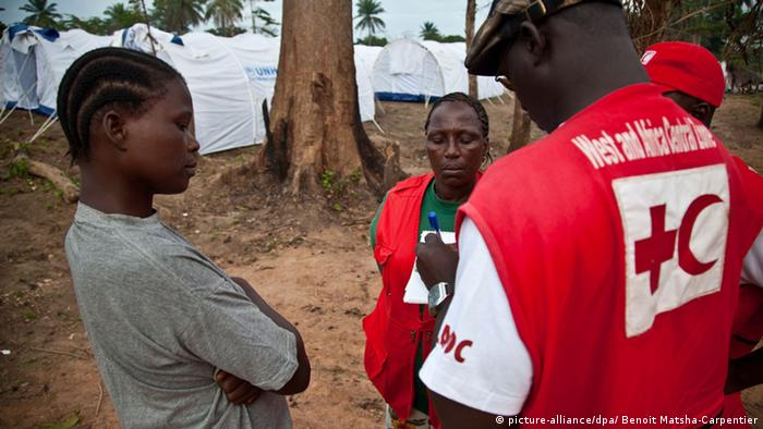 Red Cross worker in Liberia (picture-alliance/dpa/ Benoit Matsha-Carpentier)