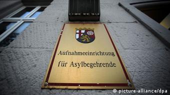 Messingschild: Aufnahmeeinrichtung für Asylbegehrende Foto: picture-alliance/dpa
