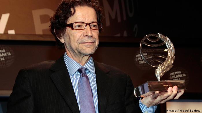 Jorge Zepeda Patterson al recibir el Premio Planeta 2014.