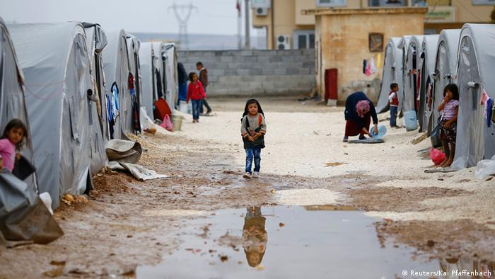 A Kurdish refugee from the Syrian town of Kobani walks in a camp in the southeastern town of Suruc, 16.10.2014