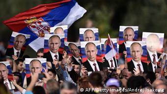 Сербские националисты с плакатами с изображением российского президента Владимира Путина