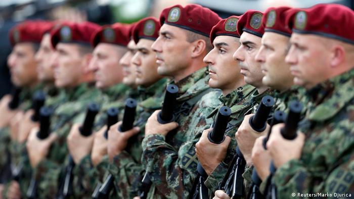 Сербские военные в строю на параде в Белграде