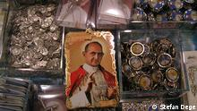 Papst Paul VI: - Heiligsprechung. Papst Paul VI. als Andenken. Copyright: Stefan Dege Datum: 15.10.2015 in Rom, Italien
