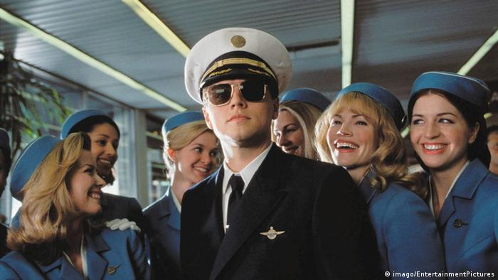 Imagen de la película Atrápame si puedes con Leonardo di Caprio y azafatas de vuelo.