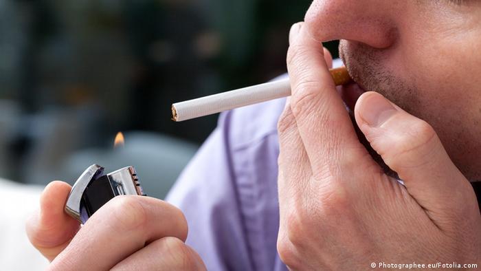 Symbolbild Zigarette Raucher Feuerzeug