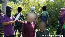 Extremisten der Terrorgruppe Abu Sayyaf mit den deutschen Geiseln Archiv