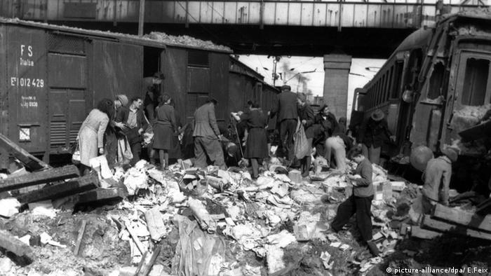 اگر از سالمندان این روزها که در آن دوران کودک یا نوجوان بودند بپرسید از آن روزها چه به یاد دارند خواهند گفت گرسنگی. همه گرسنه بودند و دربدر به دنبال غذا! هجوم مردم به قطارهای بمبارانشده برای یافتن یک تکه نان در روزهای پایان جنگ.