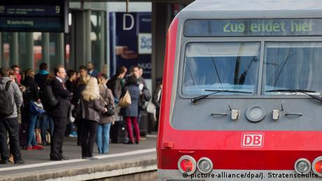 Zug am Bahnhof Hannover (Foto: picture-alliance/dpa/J. Stratenschulte)