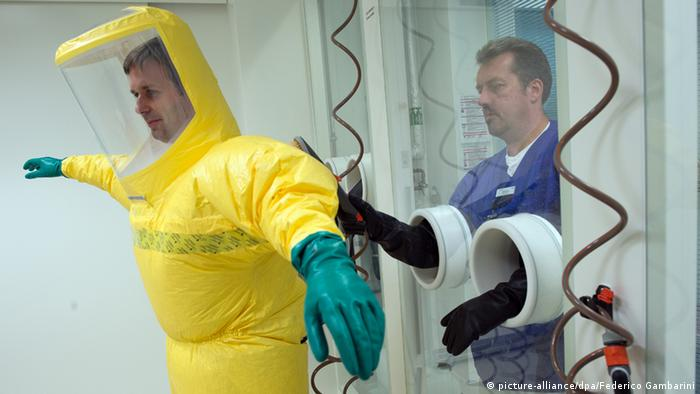 Donning an Ebola protective suit in Dusseldorf (Photo: picture-alliance / dpa / Federico Gambarini)