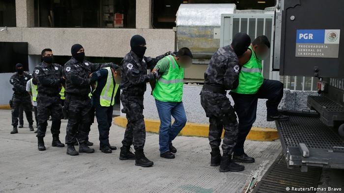Numerosos policías municipales fueron detenidos tras la desaparición, ahora están siendo liberados debido a las declaraciones bajo tortura y a la manipulación de las pruebas.