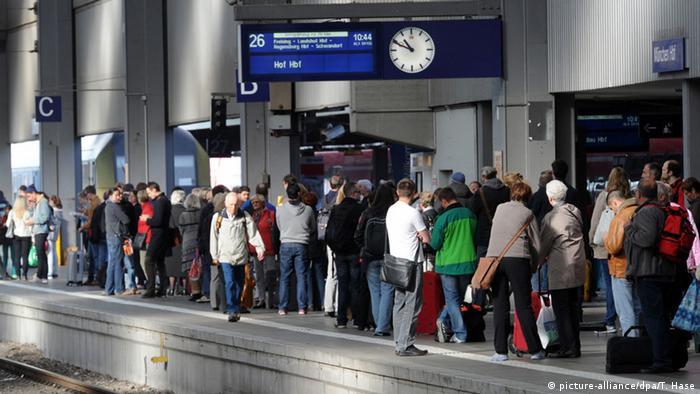 هزاران مسافر راه آهن سراسری آلمان در روزهای آخر هفته ساعتها برای رسیدن به مقصد انتظار کشیدند