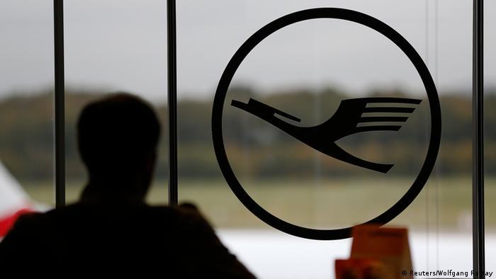 Logotip Lufthanse na staklu u zračnoj luci Bonn/Köln