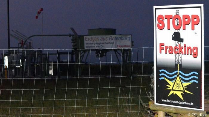 Плакат против фрекинга у газового месторождения в Германии