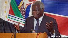 1. Titel: RENAMO-Führer Afonso Dhlakama 2. Bildbeschreibung: RENAMO-Führer Afonso Dhlakama spricht über die Wahlergebnisse in eine Pressekonferenz in Maputo, Mosambik. 3. Wann wurde das Bild gemacht: Oktober, 2014 4. Wo wurde das Bild aufgenommen: Maputo, Mosambik 5. Schlagwörter: Mosambik, Afonso Dhlakama, RENAMO, Wahlen 6. Autor: António Cascais