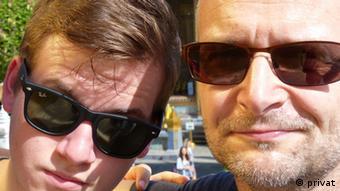 Mauerfall Mario Jauernick mit seinem Sohn 2014 EINSCHRÄNKUNG