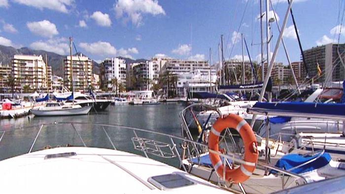 Испанская Марбелья - катера в бухте на фоне жилых домов