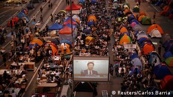 Beginn von Gesprächen in Hongkong 21.10.2014 Studenten verfolgen die Live-Übertragung