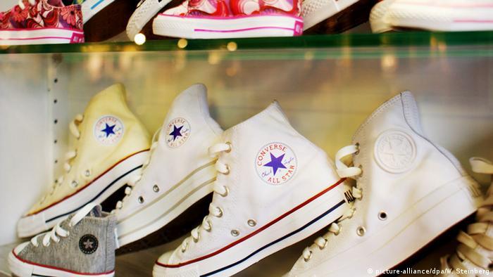 33bb81411 طرق عملية مبتكرة لتنظيف الحذاء الرياضي الأبيض | عالم المنوعات | DW ...