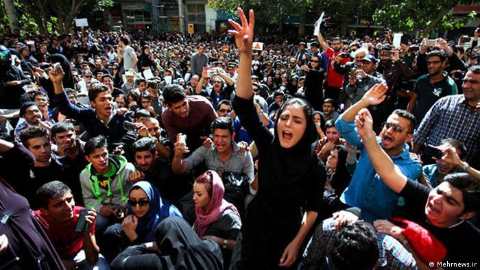 تجمع مردم اصفهان در مقابل دادگستری در اعتراض به اسیدپاشیهای صورت گرفته در هفته گذشته