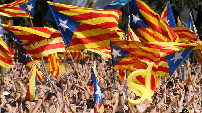 Catalan demonstration with lots of waving flags. (Photo: REUTERS/Albert Gea)