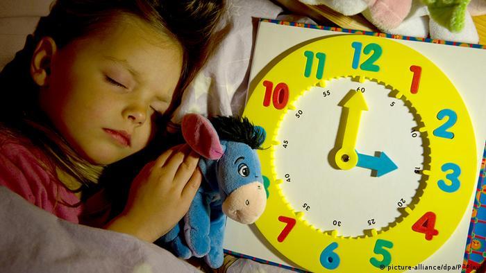 Deutschland Winterzeit beginnt Kind mit Kinder Uhr