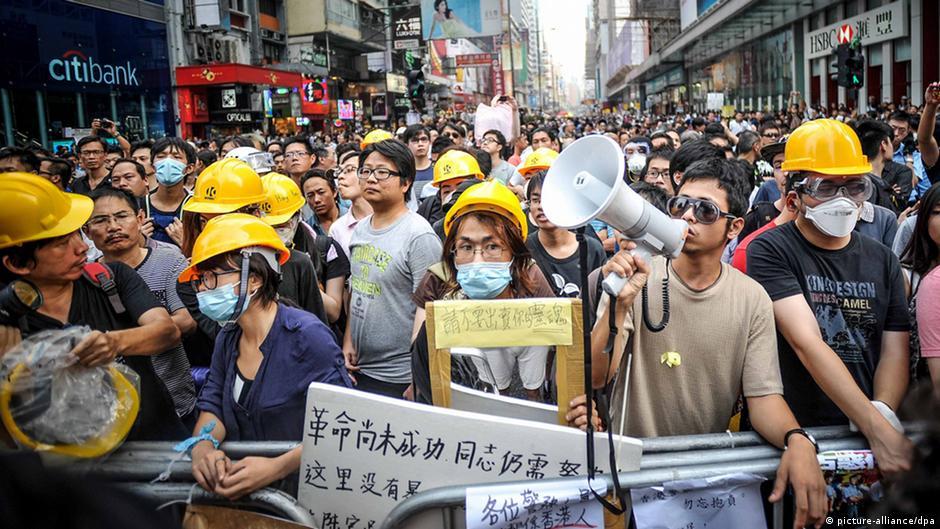 香港警方拘捕8人 《明报》刊登公务员撑占中公开信