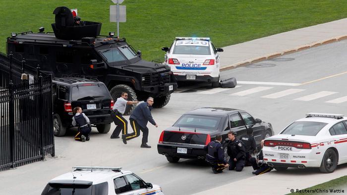 Polizisten gehen in der Nähe des Parlaments in Deckung (Foto: Reuters)